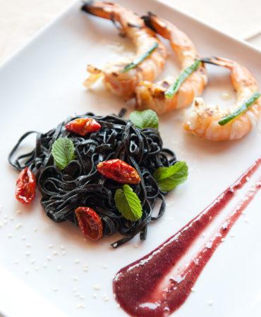 Linguine al nero di Seppia, gamberi, pomodori secchi, menta