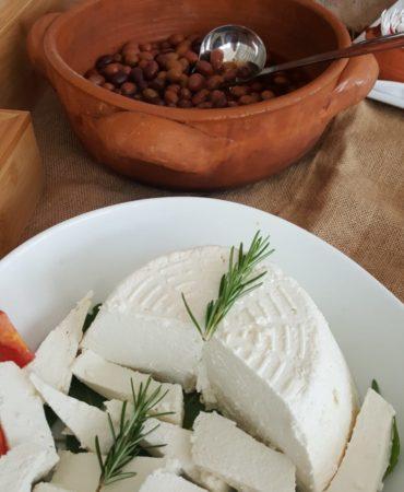 Ricotta fresca e zuppa di fagioli pugliesi